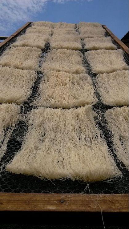 台灣  聖光牌 永盛米粉(110年老字號) (最正宗、古早味的新竹米粉)(台灣食家們的第一選擇!)(「十七道工法」嚴謹水磨用心製作,從一粒米到一餅米粉,需要2至3天)(嚴選台灣靚米製成)(300g 中包裝)